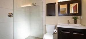 bright-bathroom-wall
